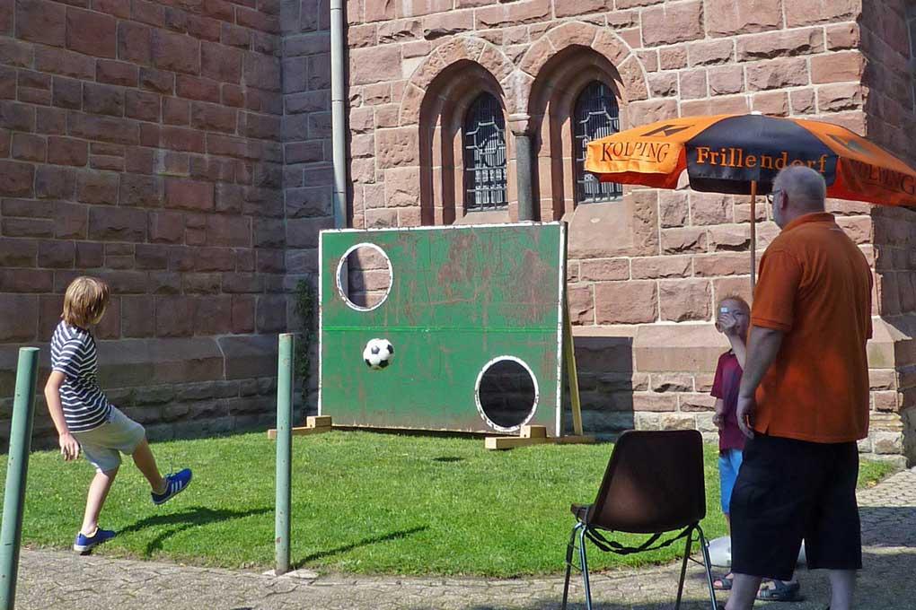 2016-08-27_03, Torwand an der Kirchenmauer