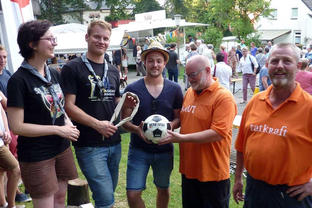 2016-08-27_52, Die Kolpingsfamilie Frillendorf übergibt die Torwand (symbolisch mit dem Fußrball) an die Pfadfinder