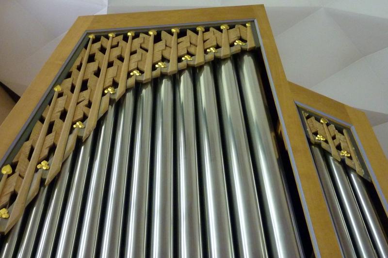 Orgel-Detail: Schleierbrett, schließt optisch die Lücke, des Orgelgehäuses, die sich durch die unterschiedlichen Orgelpfeifenlängen ergibt (Foto: E.Valerius)