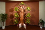 2016-10-02_03 festlich geschmückte Marienstatue im Rosenkranzmonat Oktober